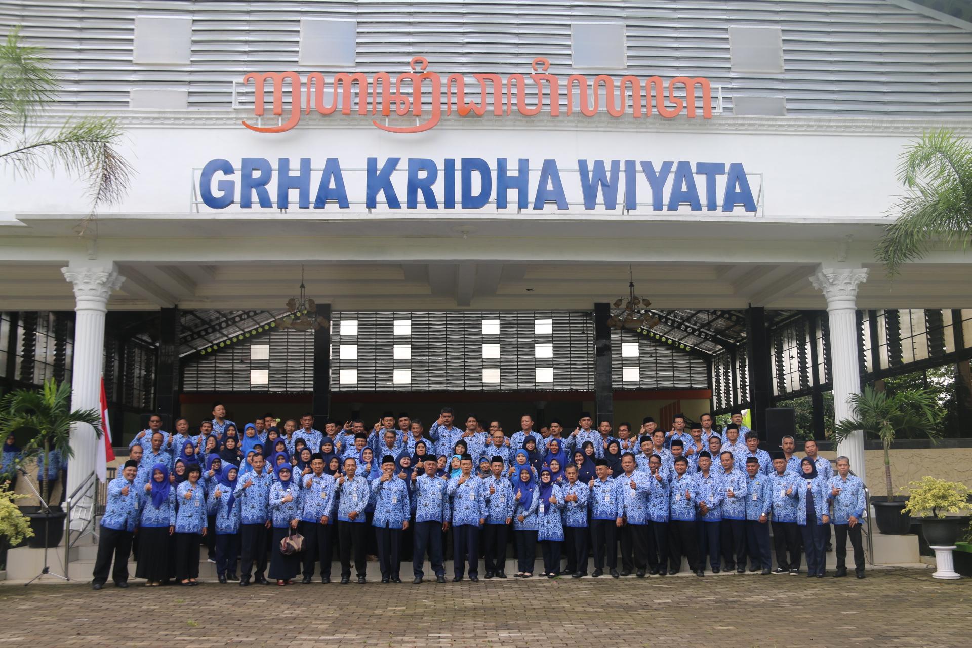 Apel pagi jajaran guru dan karyawan SMK Negeri 1 Magelang di halaman gedung serbaguna Grha Kridha Wiyata SMK Negeri 1 Magelang.