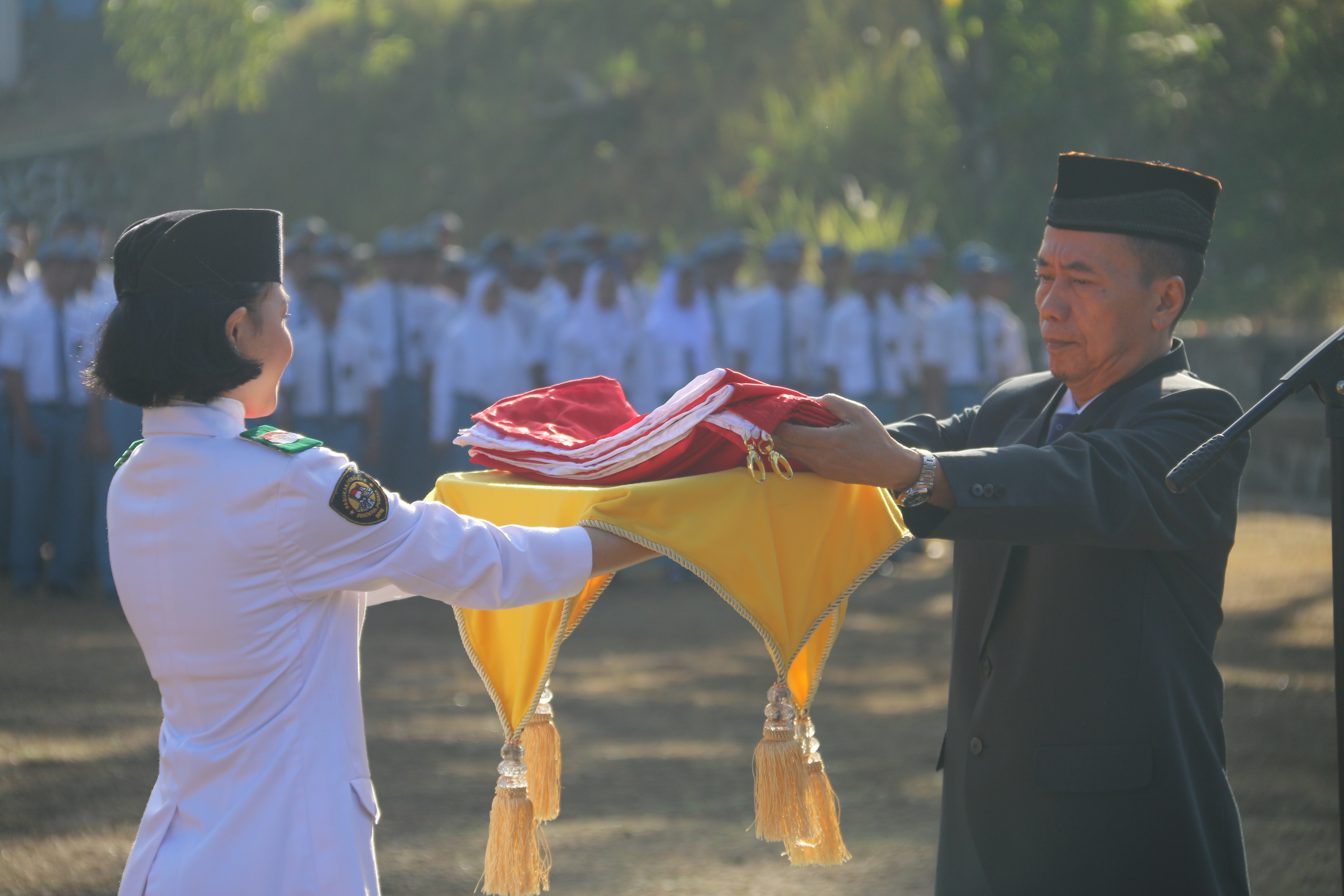 Penyerahan Bendera Merah Putih Dari Kepala Sekolah Untuk Selanjutnya Dikibarkan di Upacara HUT RI ke 73