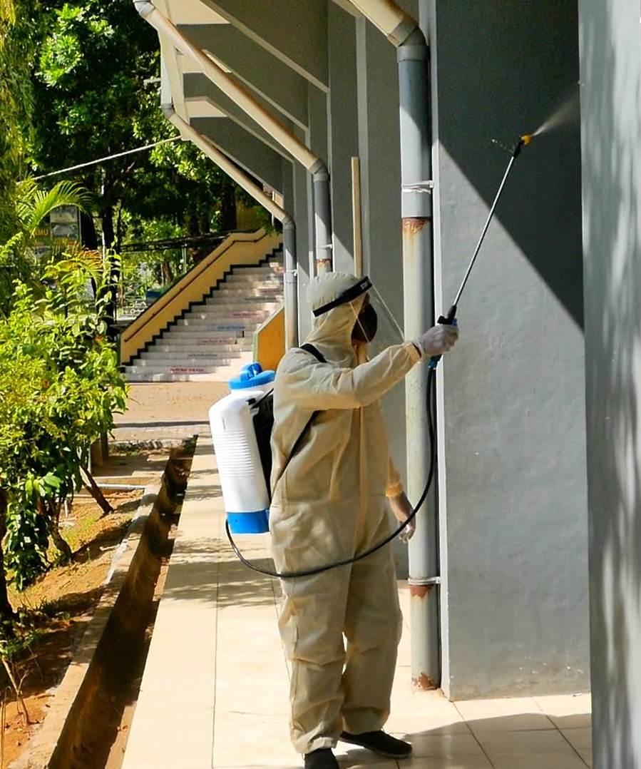 Sambut New Normal, Sekolah Melakukan Pembersihan Peralatan Praktek dan Penyemprotan Disinfektan